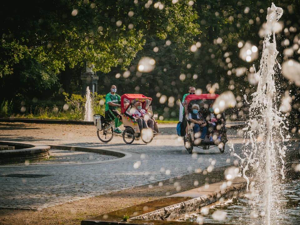Senioren Rikscha mit Springbrunnen im Stadtpark Fürth