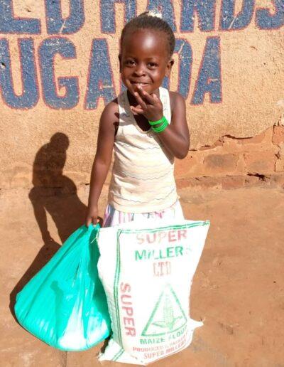 Lebensmittelspende für Kind in Afrika