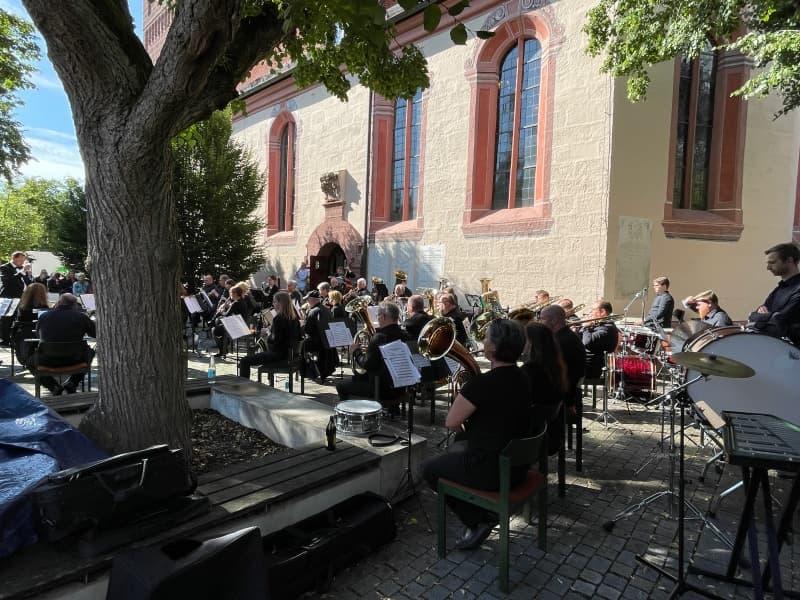 Bläserorchester auf Kirchplatz Zirndorf